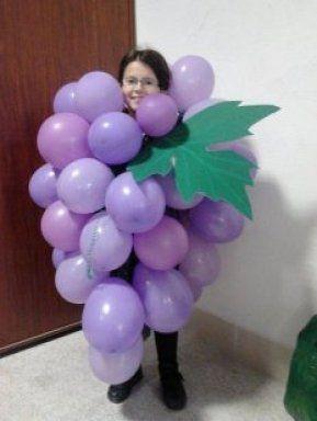 Disfraz con globos de racimo de uvas